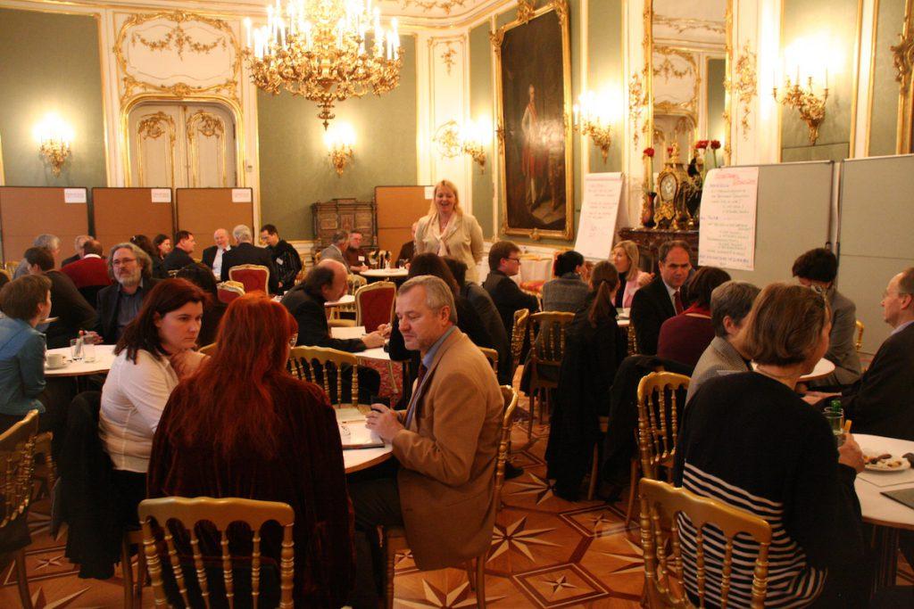 TeilnehmerInnen des ersten Netzwerktreffen des ScienceCenter Netzwerks an Tischen sitzend in den Räumlichkeiten der Wiener Hofburg